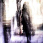 Galerie Ahlemann zeigt ein abstraktes Foto von Ralf Lindenau in schwarzen, weißen und blauen Farbtönen. Es zeigt schemenhaft eine Gestalt die durch eine Arkade oder einen Torbogen geht.