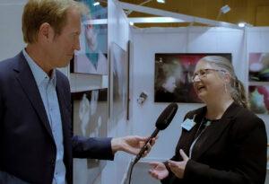 Markus Brock interviewt Andrea Ahlemann, Inhaberin der Galerie Ahlemann auf ihrem Stand bei der ARTe Wiesbaden 2020.