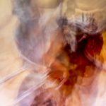 Galerie Ahlemann zeigt ein abstraktes Foto von Ralf Lindenau in überwiegend hellen Farbtönen wobei die rechte Hälfte des Bildes durch ein in dunklerem Rot und gelben Farbtönen gehaltenen Element gerpägt wird.