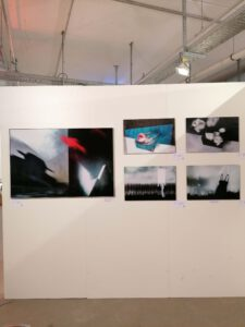Messestand der Galerie Ahlemann auf der Photo Popup Fair Nummer Sieben nach dem Aufbau mit Werken von Petra Jaenicke.