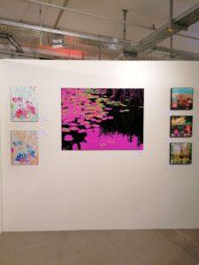 Messestand der Galerie Ahlemann auf der Photo Popup Fair Nummer Sieben nach dem Aufbau mit Werken von Nicki Garz und Claudia Maria Weiser.