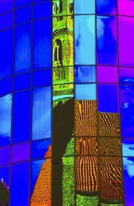 Galerie Ahlemann zeigt ein abstraktes Foto von Claudia Maria Weiser in verschiedenen Farben, wobei die Blautöne überwiegen.