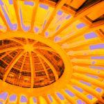 Galerie Ahlemann zeigt ein abstraktes Foto von Claudia Maria Weiser in überwiegend gelben Farbtönen, das die Dachkuppelkonstruktion der Jahrhunderthalle abbildet.