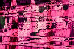 Galerie Ahlemann zeigt ein abstraktes Foto von Claudia Maria Weiser in überwiegend rosafarbenen Tönen.