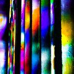 Galerie Ahlemann zeigt ein abstraktes Foto von Claudia Maria Weiser in bunten Farben, die auf unterschiedlich breitem Trägermaterial senkrecht nebeneinander angeordnet sind.