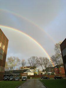 Foto eines Regenbogens, vor der Halle 5 des Geländes der Zeche Zollverein nachmittags am 07.03.2019 gemacht.
