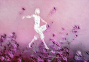 Galerie Ahlemann zeigt ein abstraktes Foto von Petra Jaenicke auf dem schemenhaft die weiße schreitende Gestalt einer Frau zu sehen ist, die scheinbar schwerelos über violette Blüten geht.