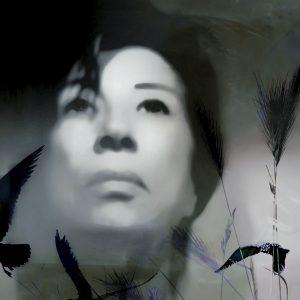 Galerie Ahlemann zeigt ein leicht verfremdetes, schwarz-weißes Portraitfoto der Künstlerin Petra Jaenicke.