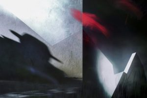 Galerie Ahlemann zeigt ein abstraktes Foto von Petra Jaenicke in überwiegend schwarz-weiß-grauen Farbtönen. Etwa in der Mitte des Bildes ist im oberen Drittel ein längliches verwischt wirkendes rotes Farbelement eingebaut. Das Bild ist vertikal in zwei Bildelemente geteilt, wobei das linke, etwas größere den Schatten eines Oberkörpers von einem Mann mit Hut zeigt, während die rechte Hälfte an Gebäuderuinen erinnernde grafische Elemente zeigt.