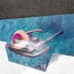 Galerie Ahlemann zeigt ein abstraktes Foto von Petra Jaenicke, dess HIntergrund von mittig links nach fast ganz rechts unten schrägl in zwei Flächen unterteilt ist, wobei die obere Fläche dunkelgrau ist und die untere überwiegend weiß. Vor die dunkelgruae Fläche ist noch eine weiter etwas kleinere blaue Fläche gestetzt. DAvor ist in einer surrealen Anmutung eine durchsichtige Box in der eine Frau in der Obenaufsicht mit großem Sommerhut und einer Poolnudel im Wasser sitzt.