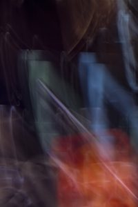 Galerie Ahlemann zeigt ein abstraktes Foto von Ralf Lindenau in der Kategorie Abstraktes in verschiedenen helleren Farbtönen vor einem dunklen Hintergrund.