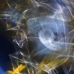 Galerie Ahlemann zeigt ein abstraktes Foto von Ralf Lindenau in der Kategorie Abstraktes, welches in helleren Farbtönen technisch anmutende Schemen vor einem dunklen, bläulichen Hintergrund darstellt.