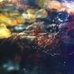Galerie Ahlemann zeigt ein abstraktes Foto von Ralf Lindenau in der Kategorie Abstraktes in verschiedenen Farben, die vor allem in der unteren Hälfte sehr dunkel sind.