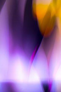 Galerie Ahlemann zeigt ein abstraktes Foto von Ralf Lindenau in der Kategorie Abstraktes in überwiegend violetten und gelben Farbtönen