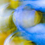 Galerie Ahlemann zeigt ein abstraktes Foto von Ralf Lindenau in der Kategorie Abstraktes in weißen, gelben und hellblauen Farbtönen