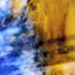 Galerie Ahlemann zeigt ein abstraktes Foto von Ralf Lindenau in der Kategorie Abstraktes in überwiegend gelben und blauen Farbtönen vor einem kaum sichtbaren schwarzen Hintergrund.