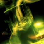 Galerie Ahlemann zeigt ein abstraktes Foto von Ralf Lindenau in der Kategorie Abstraktes in überwiegend gelben und grünen Farbtönen vor einem dunklem Hintergrund.