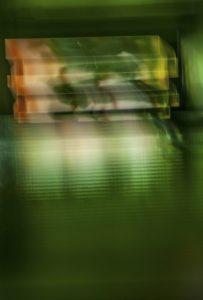 Galerie Ahlemann zeigt ein abstraktes Foto von Ralf Lindenau in der Kategorie Abstraktes in überwiegend dunkelgrünen Farbtönen von weißen, gelben und orangen teilweise durchbrochen.