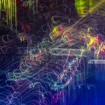 Galerie Ahlemann zeigt ein abstraktes Foto von Ralf Lindenau in der Kategorie Abstraktes in verschiedenen Farbtönen auf einem von rotblau nach unten hin in mittelblau übergehenden Untergrund