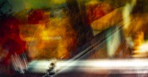 Galerie Ahlemann zeigt ein abstraktes Foto von Ralf Lindenau in überwiegend gelben und roten Farbtönen, wobei das untere Viertel des Bildes in fast seiner gesamten Länge durch eine breite gerade weiße Linie durchzogen wird.