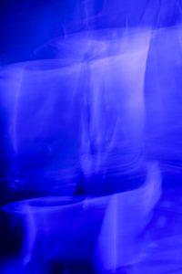 Galerie Ahlemann zeigt ein abstraktes Foto von Ralf Lindenau in der Rubrik Künstlers O-Ton in blau mit leichten weißen und schwarzen Anteilen.