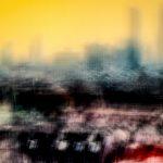 Galerie Ahlemann zeigt ein abstraktes Foto von Ralf Lindenau in der Kategorie Wahnbild in schwarzen und helleren Farbtönen vor einem gelblichen Hintergrund.