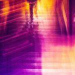 Galerie Ahlemann zeigt ein abstraktes Foto von Ralf Lindenau in der Kategorie Wahnbild in überwiegend violetten Farbtönen, auf dem man den Umriss einer menschlichen Gestalt erkennen kann.