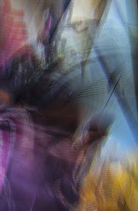 Galerie Ahlemann zeigt ein abstraktes Foto von Ralf Lindenau in der Kategorie Wahnbild in verschiedenen Farbtönen, wobei die Farben mit Blauanteil deutlich überwiegen.