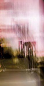 Galerie Ahlemann zeigt ein abstraktes Foto von Ralf Lindenau in der Kategorie Wahnbild in überwiegend grünlichen Farbtönen vor einem Hintergrund in weißen und rosafarbenen Tönen.