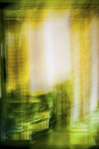 Galerie Ahlemann zeigt ein abstraktes Foto von Ralf Lindenau in der Kategorie Wahnbild in weißen, gelben und grünen Farbtönen.