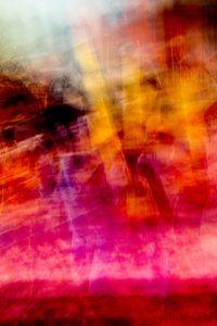 Galerie Ahlemann zeigt ein abstraktes Foto von Ralf Lindenau in der Kategorie Wahnfarben in überwiegend gelben, rosa und roten Farbtönen.