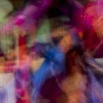 Galerie Ahlemann zeigt ein abstraktes Foto von Ralf Lindenau in der Kategorie Wahnfarben in bunten Farben, wobei Farben mit Blauanteil überwiegen.
