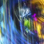 Galerie Ahlemann zeigt ein abstraktes Foto von Ralf Lindenau in der Kategorie Wahnfarben in verschiedenen Farben wobei die blauen überwiegen.