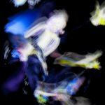 Galerie Ahlemann zeigt ein abstraktes Foto von Ralf Lindenau in der Kategorie Wahnmoves in bunt auf schwarzem Hintergrund