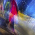 Galerie Ahlemann zeigt ein abstraktes Foto von Ralf Lindenau in der Kategorie Wahnmoves in verschiedenen Farben wobei der größte Anteil bei Blau liegt.