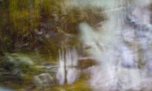 Galerie Ahlemann zeigt ein abstraktes Foto von Ralf Lindenau in hellen Farbtönen.