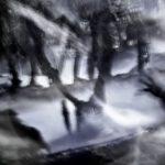 Galerie Ahlemann zeigt ein abstraktes Foto von Ralf Lindenau in Grautönen.