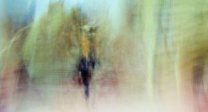 Galerie Ahlemann zeigt ein abstraktes Foto von Ralf Lindenau in hellen Farbtönen und einem dunklen menschlichen Umriss.