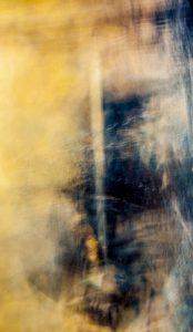 Galerie Ahlemann zeigt ein abstraktes Foto von Ralf Lindenau in der Rubrik Künstlers O-Ton in überwiegend hellen, sandig wirkenden sowie dunklen, schwarz-bläulichen Farbtönen.