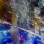 Galerie Ahlemann zeigt ein abstraktes Foto von Ralf Lindenau in mehrfarbigen Tönen.