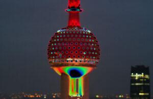 Galerie Ahlemann zeigt ein abstraktes Foto der Fotokünstlerin Hasina Khan auf dem das obere runde Element des Oriental Pearl Tower in Shanghai in einer verfremdeten farblichen Bearbeitung zu sehen ist.