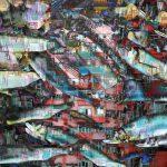 Galerie Ahlemann zeigt ein abstraktes Foto der Fotokünstlerin Hasina Khan in dem in verschiedenen Farben Fotoaufnahmen von Fischen vordergründig mit Häuserfassaden von Hongkong im Hintergrund collagiert werden.