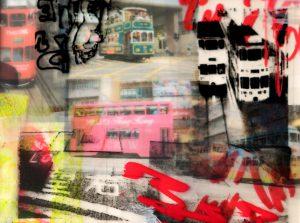 Galerie Ahlemann zeigt ein abstraktes Foto der Fotokünstlerin Hasina Khan, welches eine bunte Collage aus verschiedenen Fotos der Trams in Hongkong zeigt, die mit zusätzlichen Schriftzügen und Zeichnungen verziert ist.