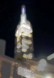 Galerie Ahlemann zeigt ein abstraktes Foto der Fotokünstlerin Hasina Khan auf dem das Empire State Building in verschwommener Optik zu sehen ist.