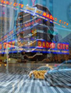 Galerie Ahlemann zeigt ein abstraktes Foto der Fotokünstlerin Hasina Khan auf dem The Vessel mit mehren Neon-Schriftzügen von Radio City collagiert zu sehen ist.