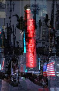 Galerie Ahlemann zeigt ein abstraktes Foto der Fotokünstlerin Hasina Khan auf dem der Times Square Neon-Schriftzug mit weiteren Motiven collagiert zu sehen ist.
