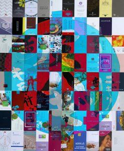 Galerie Ahlemann zeigt ein abstraktes Foto der Fotokünstlerin Hasina Khan, welches eine Anordnung von 80 verschiedenen Hotelschlüsselkarten zeigt, über die ein hellblau-transparenter Kreis mit weißen, japanischen Schriftzeichen gelegt ist.