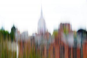 Galerie Ahlemann zeigt ein abstraktes Foto der Fotokünstlerin Hasina Khan, das die verschwommene Skyline New Yorks mit dem Empire State Building in der Bildmitte vor einem weißen Hintergrund abbildet.