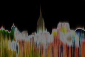 Galerie Ahlemann zeigt ein abstraktes Foto der Fotokünstlerin Hasina Khan, das die verschwommene Skyline New Yorks mit dem Empire State Building in der Bildmitte vor einem schearzen Hintergrund abbildet.