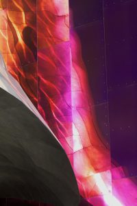 Galerie Ahlemann zeigt ein abstraktes Foto der Fotokünstlerin Hasina Khan, welches ein Spiegelung der Space Needle in Seattle auf Metallplatten zeigt.